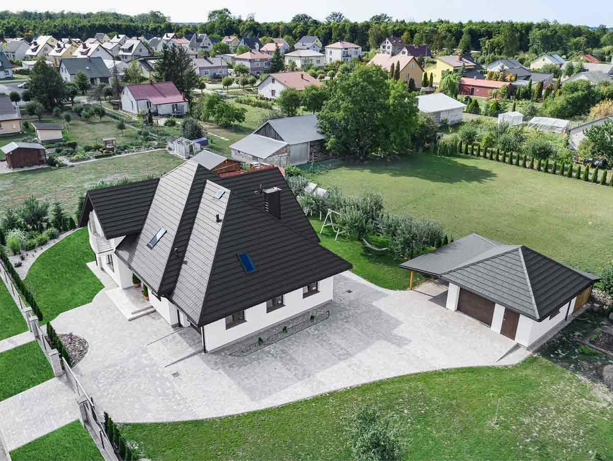 Plechová strecha od spoločnosti Blachotrapez na streche rodinného domu. Pohľad zhora.