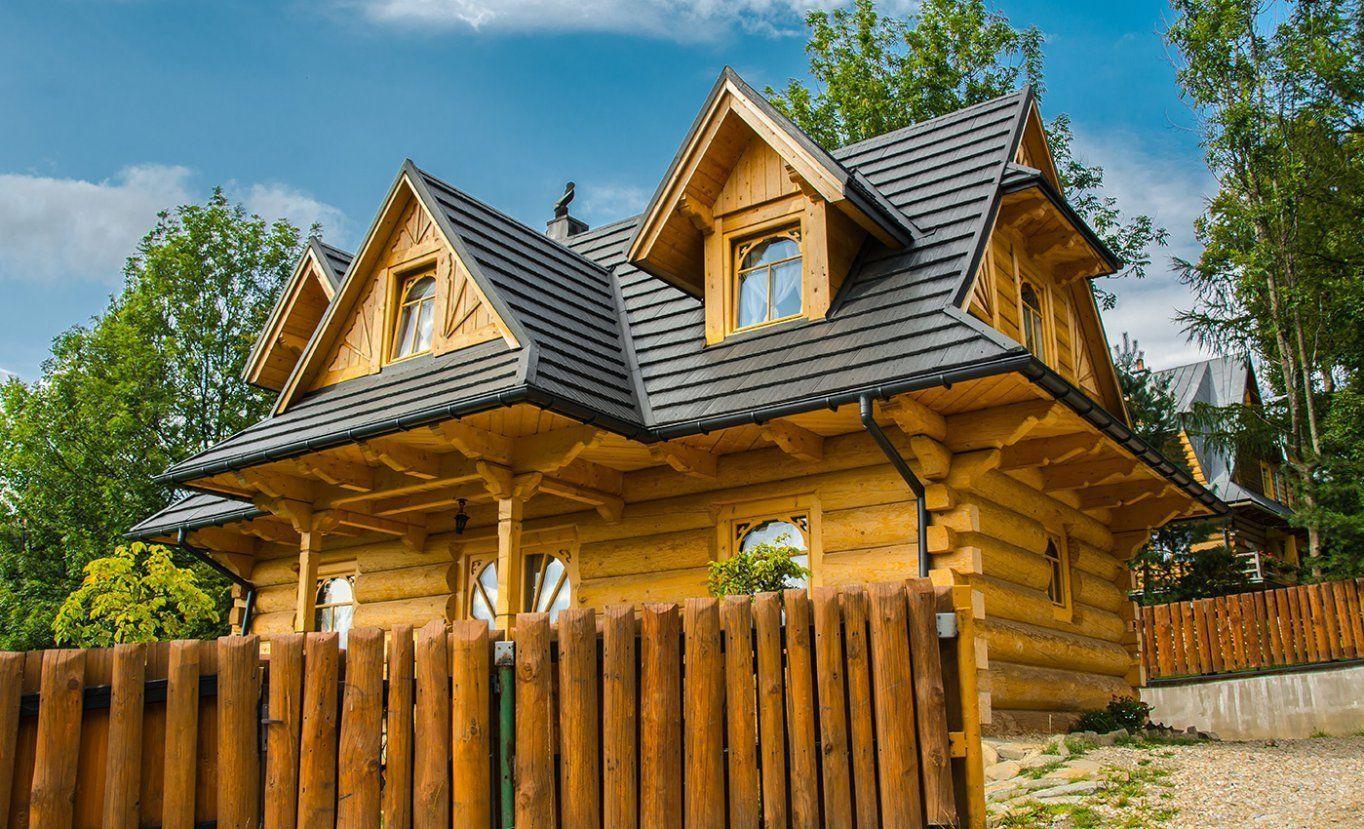 Plechové šindle na strechu Blachotrapez na klasickej drevenej lesnej chalupe.