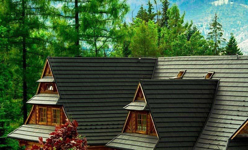 Cena plechovej modulovej strechy, v tomto prípade šindľov, sa odvíja od pokrytej plochy
