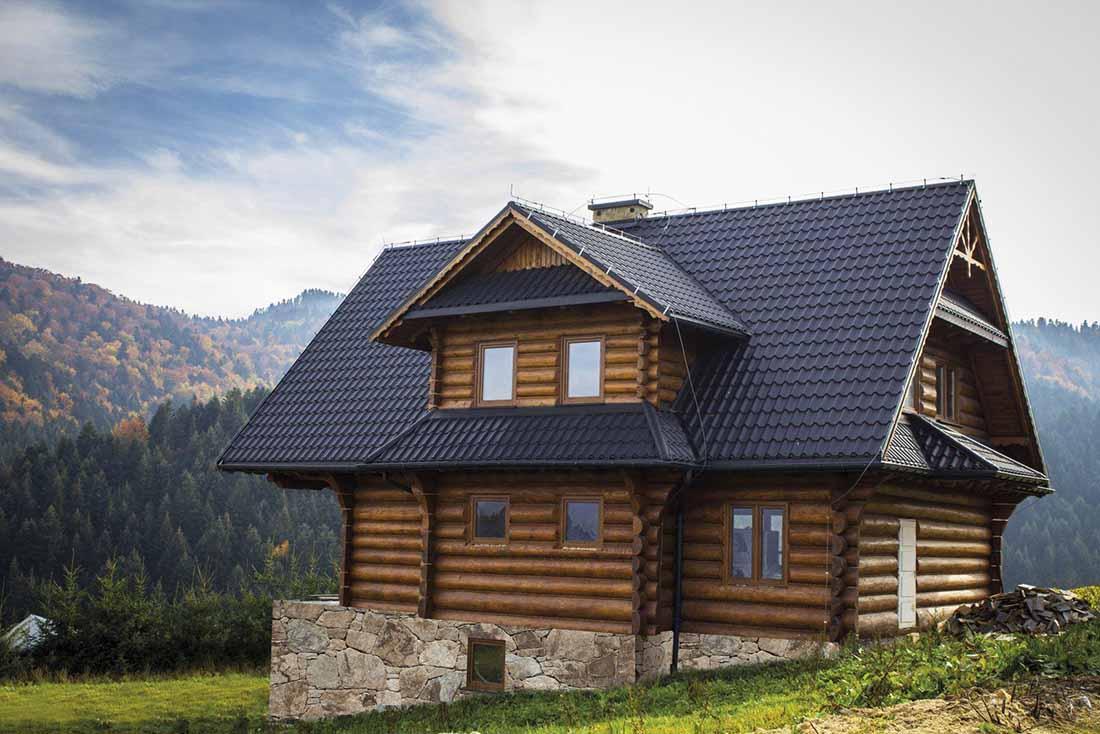 Obidva profily Diament Plus aj Diament Eco Plus s tradičným vzorom škridlovej krytiny pôsobia na streche veľmi vznešene a tradične zároveň.