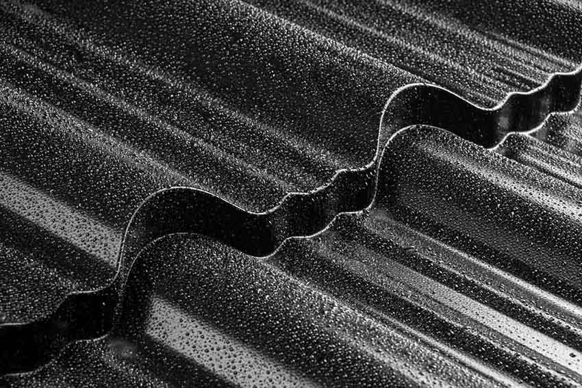 Symetrický profil škridlovej krytiny Enigma je dokonalým spojením klasickej škridly a moderných technológií.