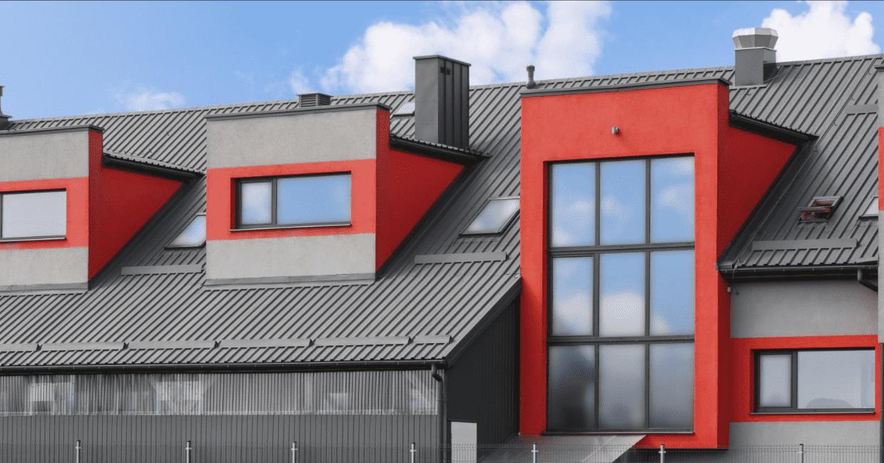 Tmavý trapézový plech Blachotrapez na priemyselnej budove