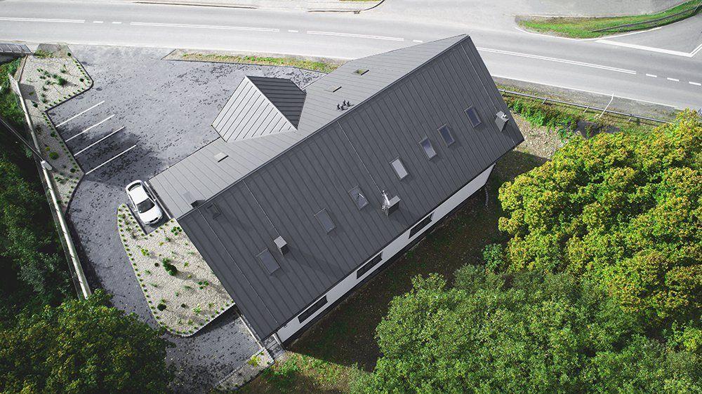 Dvojpodlažný bytový dom s falcovaným plechom od spoločnosti Blachotrapez.
